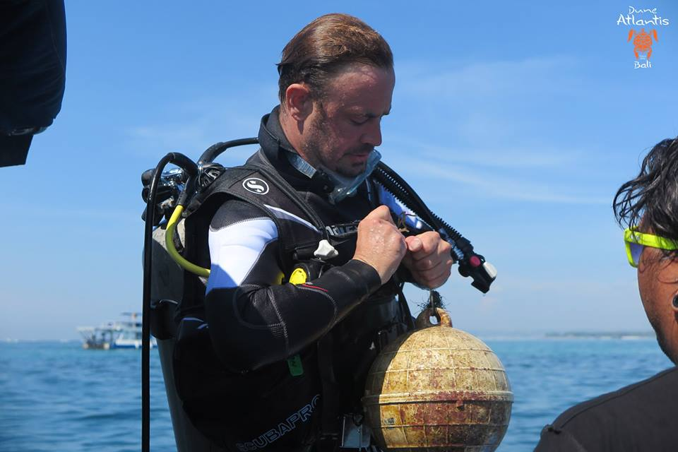 Réglage des pointes de l'équipement pour un plongeur débutant